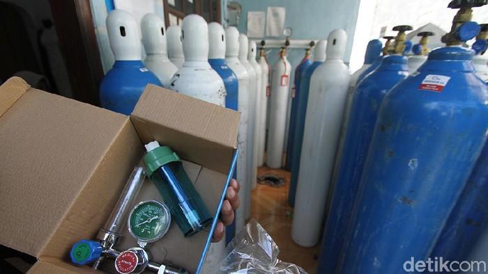 Para pedagang oksigen medis terlihat kewalahan melayani permintaan, di Pucang Sawit, Solo, Jawa Tengah, Rabu (30/6).