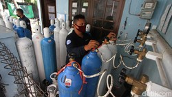 Para pedagang oksigen medis terlihat kewalahan melayani permintaan, di Pucang Sawit, Solo, Jawa Tengah. Corona melonjak, permintaan oksigen medis makin marak.
