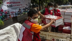 Palang Merah Indonesia (PMI) menyerahkan bantuan 500 alat spraying disinfektan untuk wilayah kelurahan berstatus zona merah COVID-19 di Provinsi DKI Jakarta.