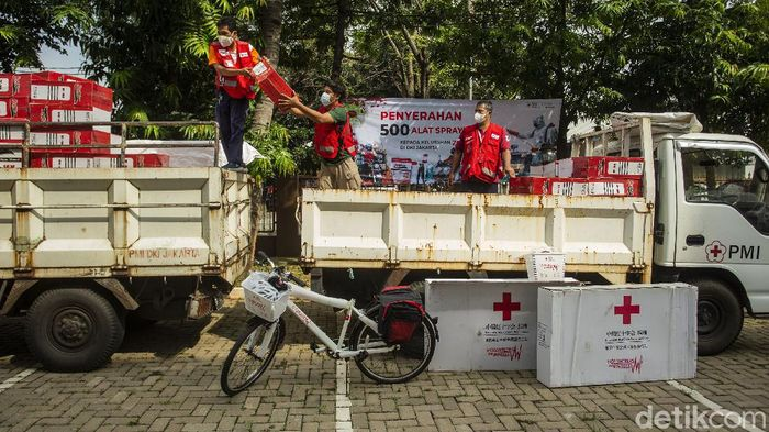 Palang Merah Indonesia (PMI) menyerahkan bantuan 500 alat spraying desinfektan untuk wilayah kelurahan berstatus zona merah COVID-19 di Provinsi DKI Jakarta.