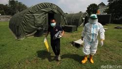 Warga yang terpapar virus COVID-19 mendapatkan perawatan dalam tenda rumah sakit lapangan (rumkitlap) di Benteng Vasternberg Solo, Jawa Tengah. Ini potretnya.