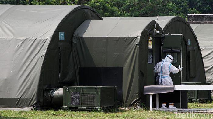 Warga yang terpapar virus Covid 19 mendapatkan perawatan dalam tenda rumah sakit lapangan (rumkitlap) di Benteng Vasternberg Solo, Jawa Tengah, Rabu (30/6).