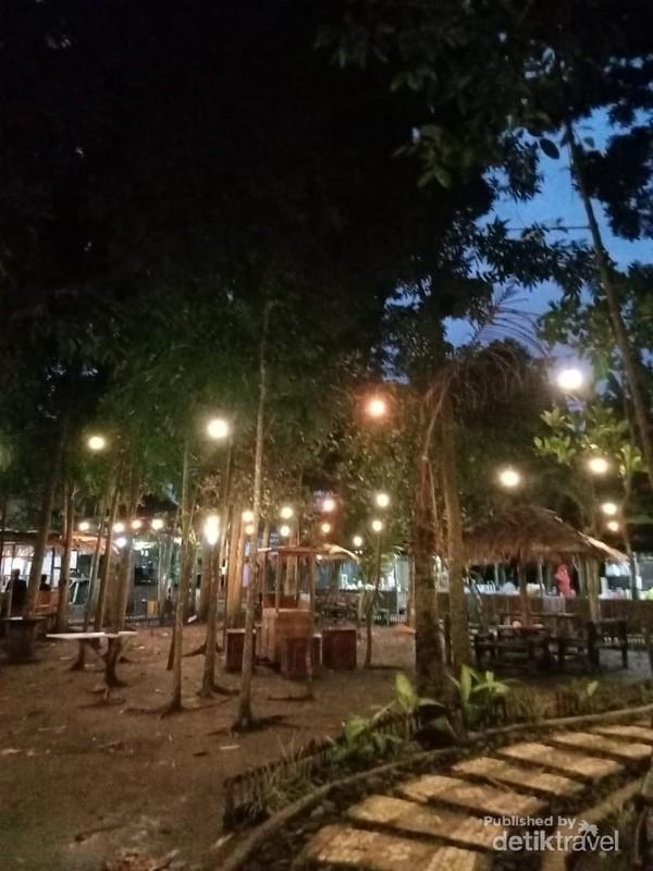 Suasana Malam Hari di Taman Ingas