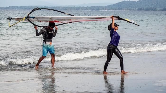 Melonjaknya kasus COVID-19 tak surutkan semangat atlet layar Papua untuk terus berlatih. Latihan dilakukan untuk persiapkan diri jelang pelaksanaan PON XX Papua