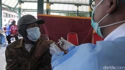 Para pelaku wisata dan pedagang kawasan Pantai Kabupaten Bantul menerima vaksinasi COVID-19 di Joglo Parangtritis, Bantul, Yogyakarta, Rabu (30/6/2021).
