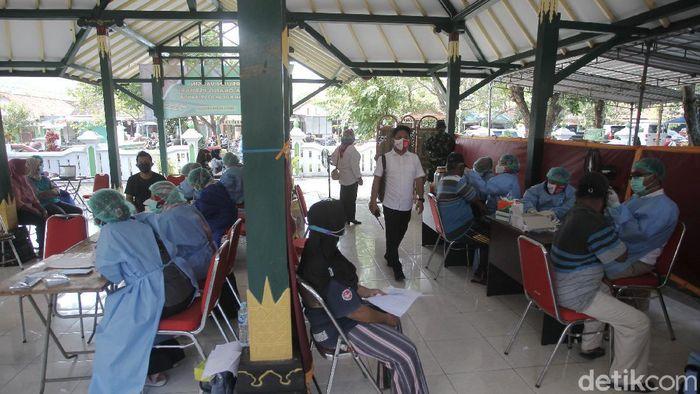 Pelaku wisata dan pedagang kawasan Pantai Kabupaten Bantul menerima vaksin di Joglo Parangtritis, Bantul, Yogyakarta, Rabu (30/6/2021). Vaksinasi COVID-19 bagi pelaku wisata pantai Bantul dilakukan di empat titik yakni di Pendopo Joglo Parangtritis, TIC (Tourism Information Center) Kretek, Balai Desa Srigading dan Balai Desa Poncosari total ada 2.617 sasaran yang terdaftar penerima vaksin.