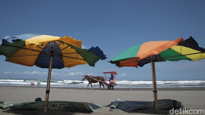 Beginilah potret suasana wisata Pantai Parangtritis, Bantul, Yogyakarta pasca ditutup dua kali akhir pekan lalu guna mencegah penyebaran COVID-19, Yogyakarta, Rabu (30/6/2021).