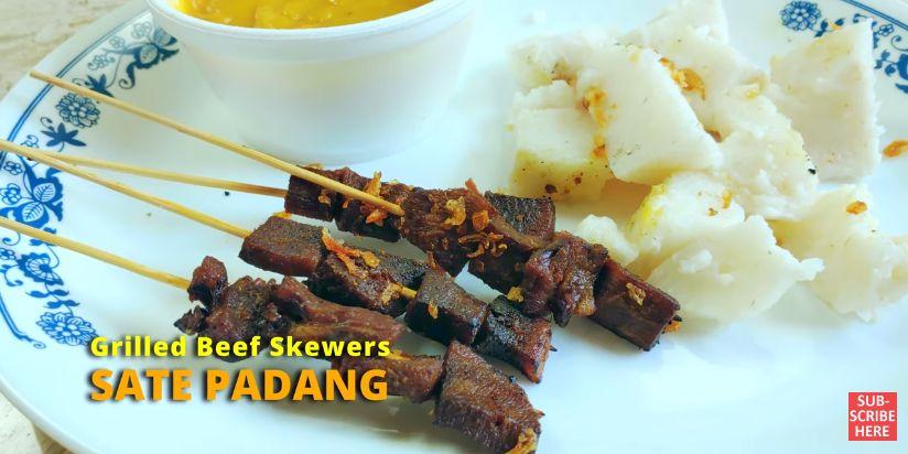 YouTuber Amerika Cicip Makanan Indonesia. Ada Sate Padang, Lontong Sayur, dan Mie Goreng. Ia Membelinya dari Salah Satu restoran Indonesia di Amerika Serikat.