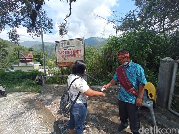 Aek Sipitu Dai menerapkan protokol kesehatan bagi wisatawan.