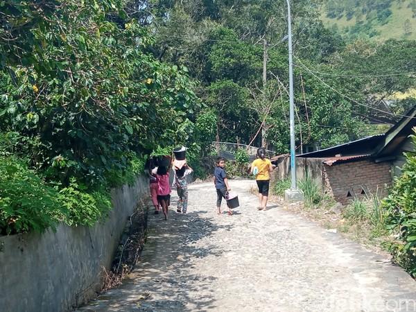 Selain untuk wisata, Aek Sipitu Dai juga jadi tempat mandi dan mencuci warga sekitar.
