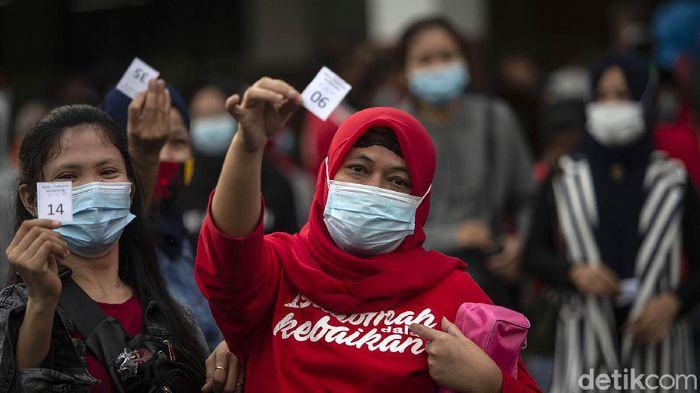 Vaksinasi COVID-19 gencar dilakukan, salah satunya di GOR Ciracas, Jakarta Timur. Warga rela antre sejak subuh agar mendapatkan vaksin COVID-19.