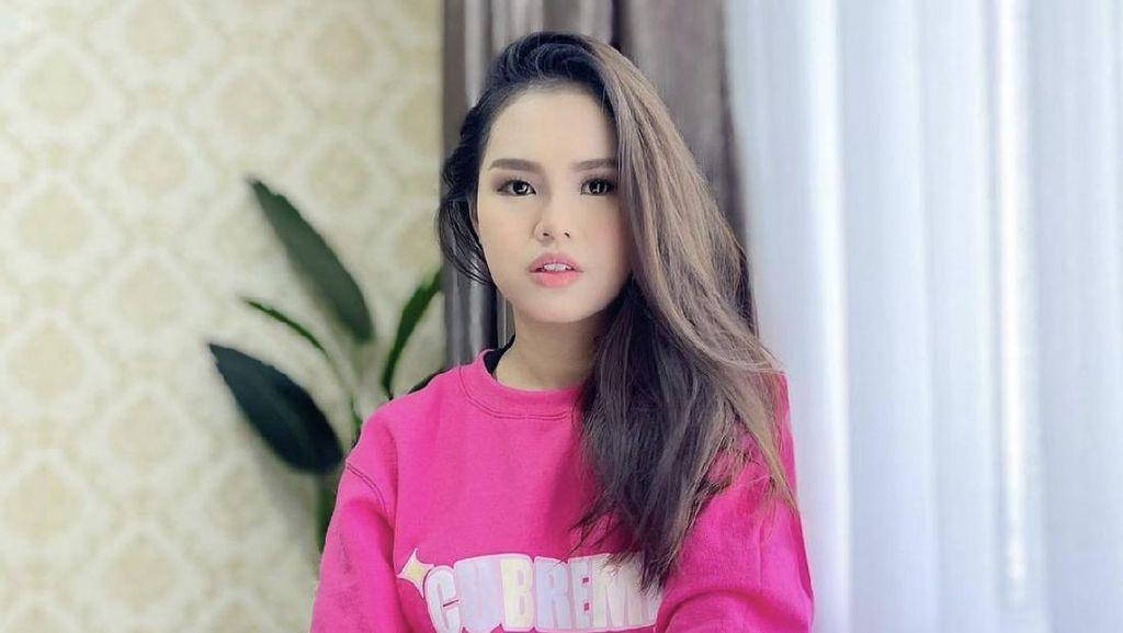 8 Foto Aktris Cantik Malaysia yang Suaminya Viral karena Pamer Bagian Intim