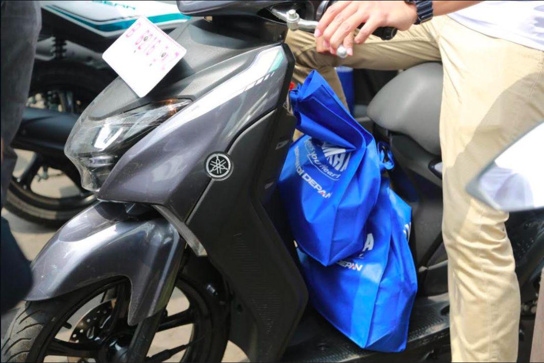 Cara membawa barang yang beanr saat mengendarai motor.