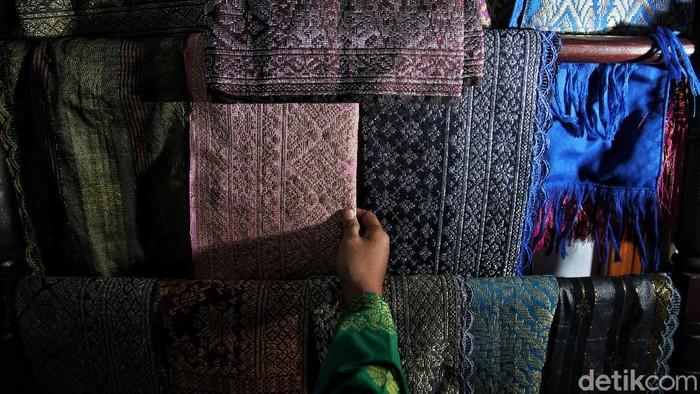Desa Padang Genting, Kecamatan Talawi, Kabupaten Batu Bara, Sumatera Utara, memiliki salah satu songket dengan motif indah lho. Penasaran?