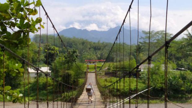 Jembatan gantung yang melintang di atas Sungai Progo, menghubungkan Ngembik Kota Magelang dan Desa Rejosari, Kecamatan Bandongan, Kabupaten Magelang