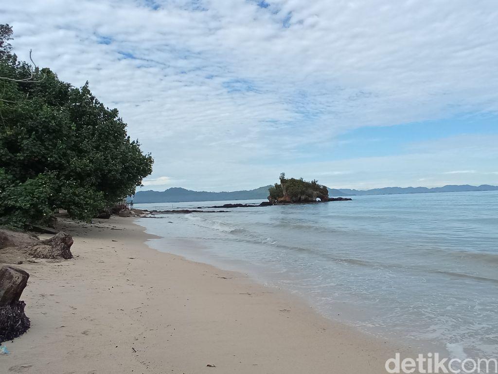 Pantai Batu Gajah di Kota Pandan