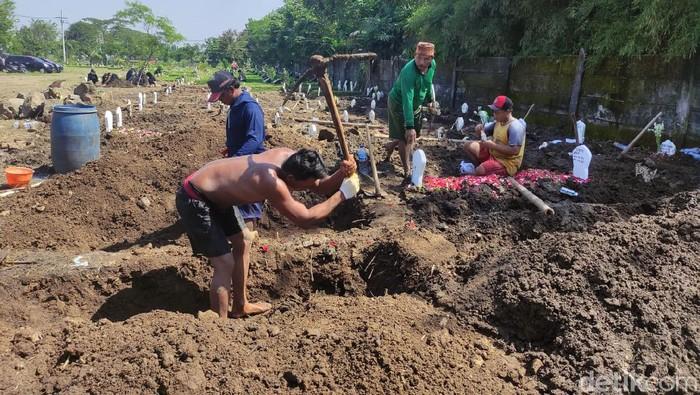 Penggali kubur pemakaman COVID-19 di Sidoarjo mengeluh. Sebab, mereka belum menerima upah selama tujuh bulan.