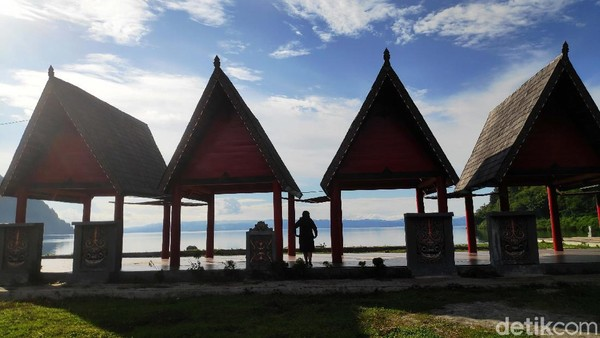 Siapapun tak akan berpaling dari keindahan yang ditawarkan oleh pesona Danau Toba salah satunya di Desa Meat Kecamatan Tampahan, Kabupaten Toba, Sumatera Utara, Jumat (18/6) yang tak kalah dari New Zealand.