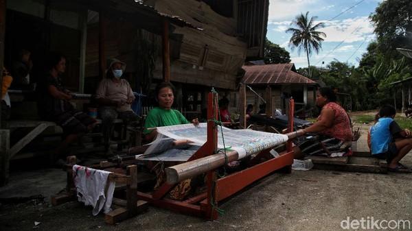 Salah satu perajin mengatakan dirinya masuk ke dalam kelompok penenun sarung yang ada di Desa Meat. Adapun, jenis-jenis sarung yang mereka buat antara lain sibolang rastra, maulana tarutung, tobu-tobu dan jenis-jenis sarung lainnya.