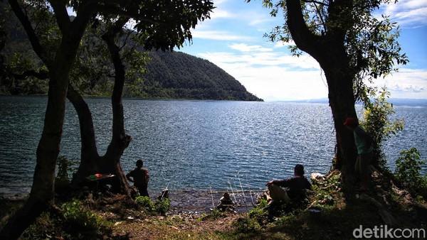 Untuk menuju ke desa ini, jaraknya tak terlalu jauh dari Bandara Internasional Sisimangaraja XII atau Bandara Silangit yang kini tengah diproyeksikan menjadi tempat masuk dan keluar wisatawan yang ingin mengunjungi Danau Toba, yaitu hanya 31 menit.