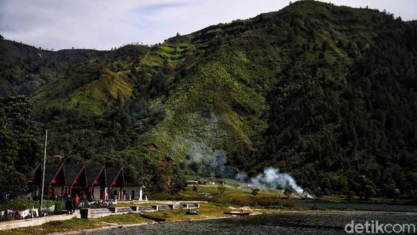 Tak hanya itu saja, di desa yang diperkirakan sudah berusia 300 tahun ini juga memiliki beberapa rumah adat Batak yang salah satu di antaranya dihiasi ukiran khas Batak.