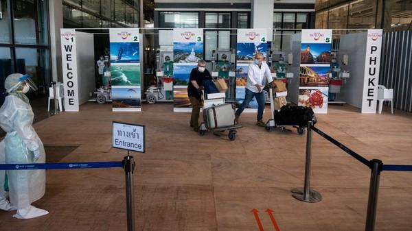 Wisatawan mancanegara tiba di Phuket International Airport, Thailand, Kamis (1/7/2021). Phuket kini sudah boleh dikunjungi wisatawan asing yang sudah 2 kali diberi vaksin COVID-19.