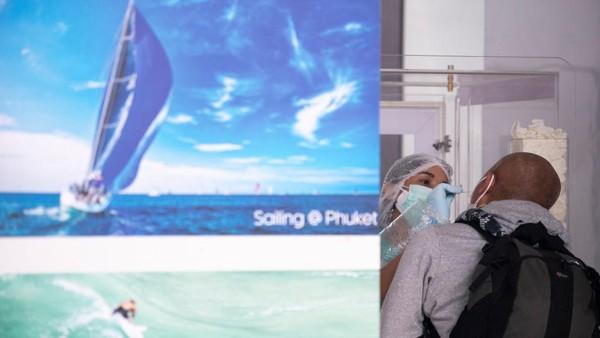 Salah seorang turis dites swab setibanya di Bandara Internasional Phuket.