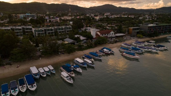 Aturan ketat akan diberlakukan bagi warga dari wilayah lain di Thailand yang kasus barunya sudah menembus angka 5.000 untuk masuk ke Phuket.