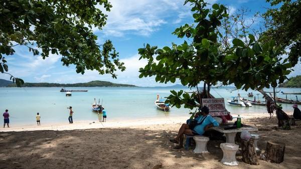Pengunjung juga harus tiba dengan penerbangan langsung dan tinggal di hotel yang telah ditentukan Pemerintah Thailand.