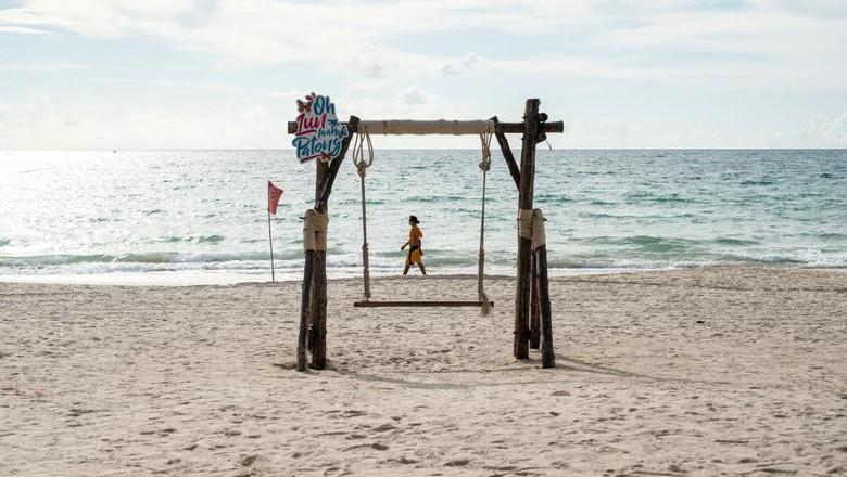 Mulai 1 Juli, Phuket membuka diri bagi turis asing yang sudah menerima kedua vaksin COVID-19 dan berasal dari negara yang berkategori berisiko rendah hingga menengah.