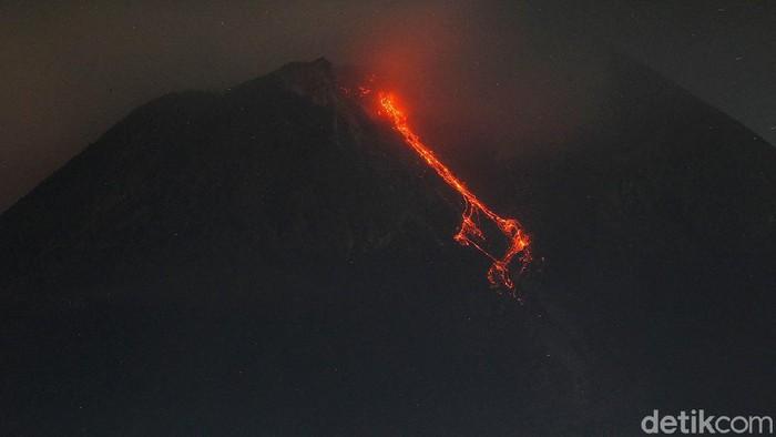 Hingga kini Gunung Merapi terus menunjukkan aktivitasnya. Lava pijar terus dimuntahkan oleh salah satu gunung berapi yang paling aktif di Indonesia tersebut.