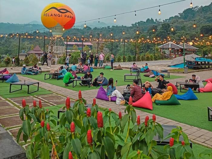 Sejuk! 5 Restoran Outdoor di Bogor Ini Punya Panorama Bukit dan Persawahan