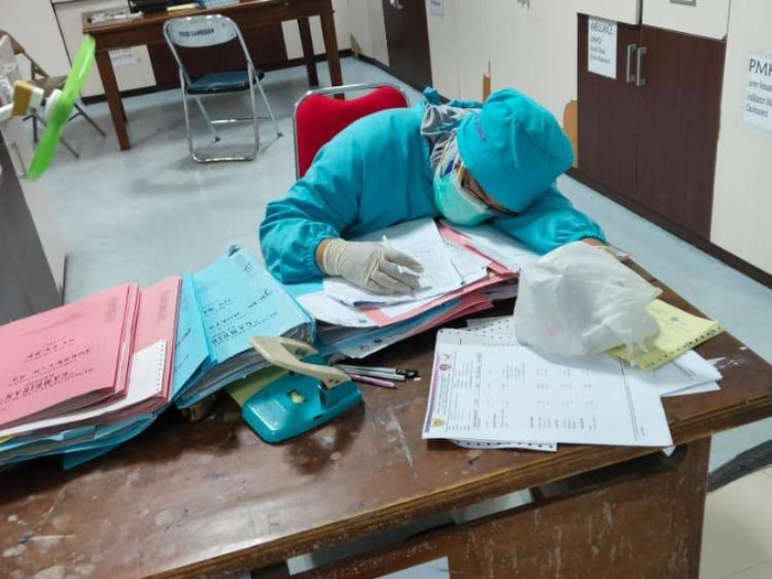 Lonjakan kasus COVID 19 di Kota Kediri membuat nakes RSUD Gambiran mulai kelelahan. Mereka bekerja lebih ekstra dengan risiko tinggi.