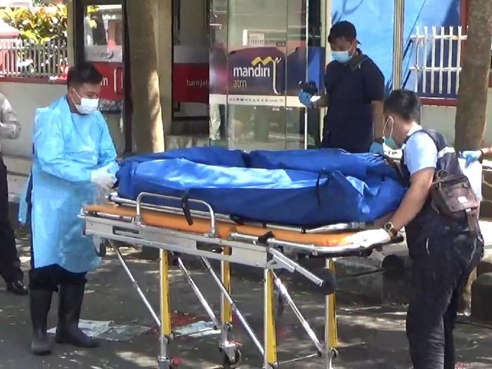 Seorang tukang becak tewas dibacok rekannya sendiri di Jalan Lingkar Alun-Alun Trenggalek. Korban mengalami luka serius di bagian leher.