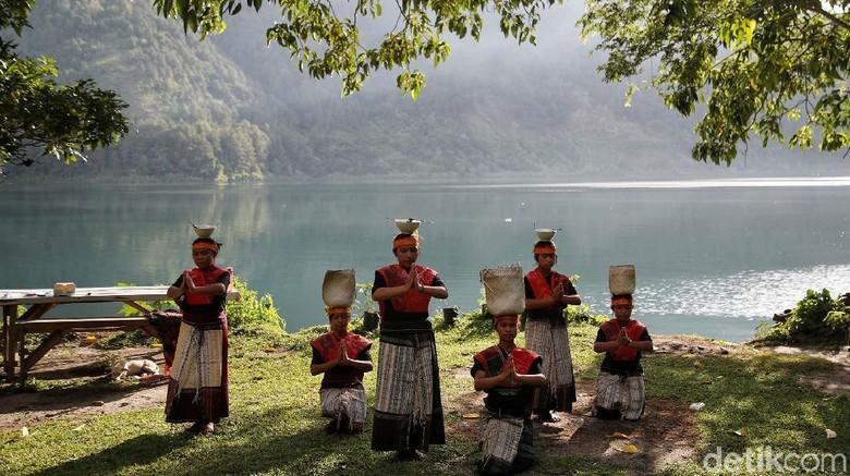 Sanggar tari dari PT Inalum mementaskan tarian Sipitu Cawan di Desa Meat, Kabupaten Toba, Sumatera Utara. Tarian khas Sumut ini tergolong sakral.