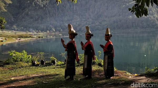 Tari sipitu cawan ditampilkan oleh para penari dengan membawa beberapa cawan yang ditaruh di bagian badan.
