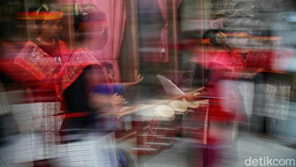 Usai disuguhkan penampilan memukau dari para penari, kami pun beranjak menuju tempat para perajin sarung berada. Ada sekitar 7 penenun yang kala itu sedang sibuk membuat satu buah sarung yang indah.