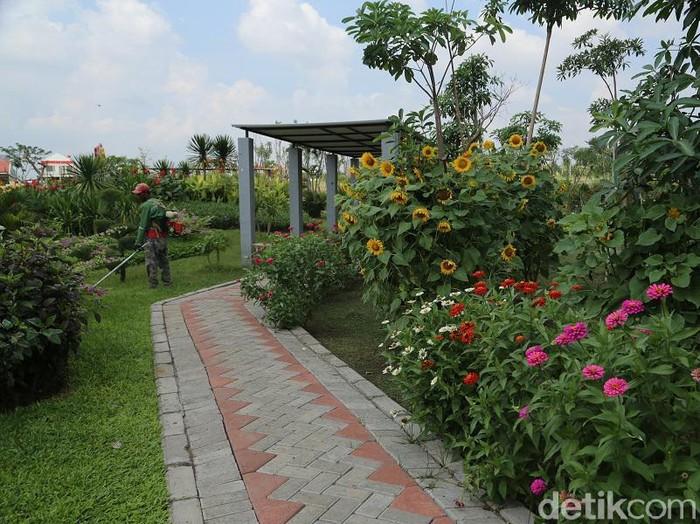 Pemkot Surabaya melakukan berbagai langkah untuk membendung lonjakan kasus COVID-19. Wali Kota Eri Cahyadi juga menutup sementara tempat wisata.