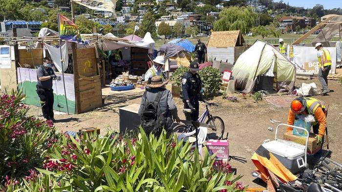 Polisi mulai menggusur 'pemukiman kumuh' yang terbuat dari tenda para gelandangan di California. Dewan kota sedang mengusulkan tempat relokasi.