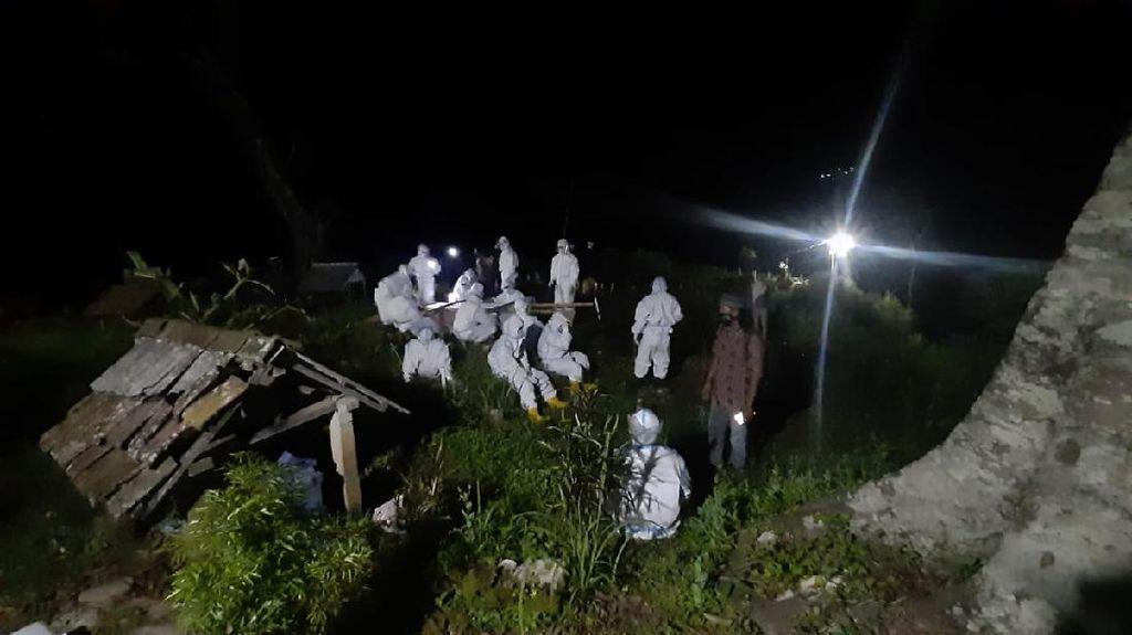 Perjuangan Tim Pemakaman Corona Harus Jalan Ratusan Meter di Lereng Muria