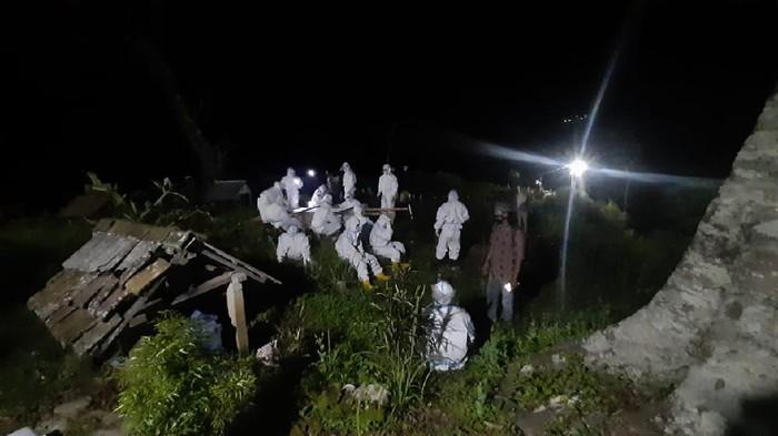 Tim pemakaman COVID-19 Kabupaten Jepara saat memakamkan pasien di Desa Tempur, Kecamatan Keling, yang berada di lereng Gunung Muria, Rabu (30/6/2021).