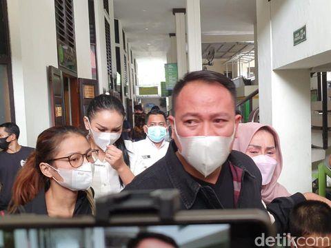 Vicky Prasetyo menangis dituntut 8 bulan penjara