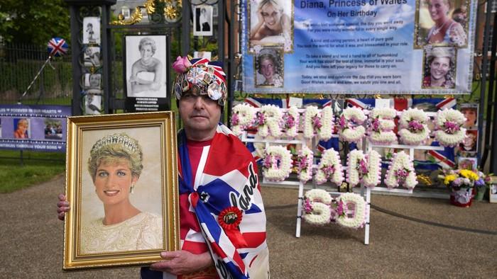 Warga Inggris merayakan ulang tahun Putri Diana yang ke-60. Putri Diana merupakan istri Pangeran Charles sebelum meninggal dalam kecelakaan mobil tahun 1997.