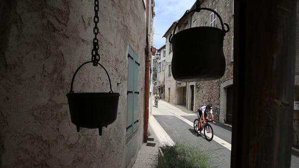 Nice. Berbeda dengan Provence maupun Haute-Alpes, Nice merupakan kota di pesisir laut mediterania yang menjadi lokasi tahunan festival Film Cannes. Mengayuh pedal di sini akan dimanjakan dengan deretan bangunan tua yang sangat nyeni dari abad pertengahan. Tak terasa, kilometer pun akan terus bertambah. Nigel Roddis/Getty Images.