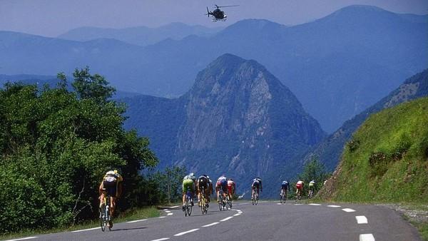 Pyrenees. Pegunungan yang berbatasan dengan Spanyol ini menawarkan rute menanjak yang menantang para climber. Sejumlah trek panjang 7 km hingga 20 km dengan kemiringan 6-10 persen siap menanti. Dijamin perih. Doug Pensinger /Allsport/GettyImages.