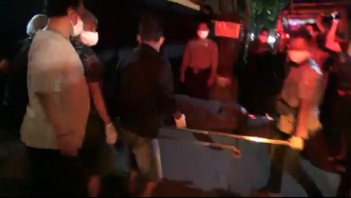 Seorang calon penumpang bus di Kota Probolinggo tiba-tiba meninggal. Jenazahnya langsung dibawa ke rumah sakit karena khawatir yang bersangkutan meninggal karena COVID-19.