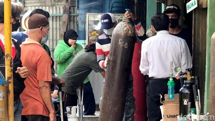 Melonjaknya kasus COVID-19 di Jakarta membuat kebutuhan akan permintaan oksigen juga ikut naik. Antrean disalah satu gerai isi ulang Oksigen medis pun sampai mengular.