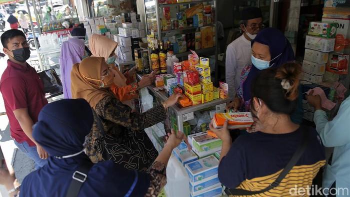 Kasus COVID-19 yang melonjak di Indonesia membuat permintaan akan vitamin meningkat. Akibatnya, apotek di Bekasi pun ramai didatangi warga.