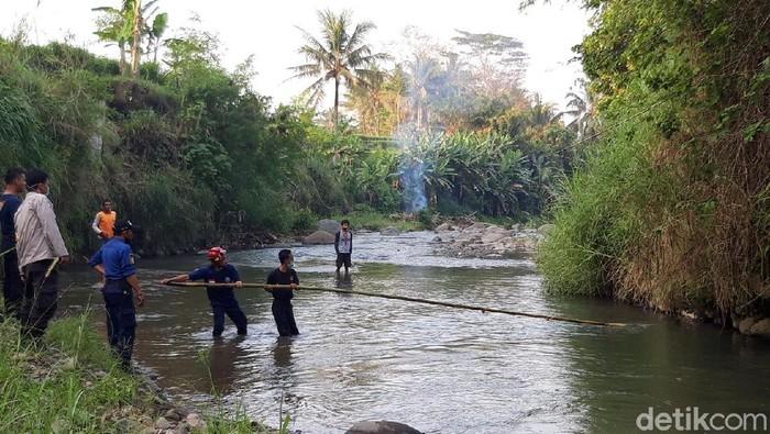 Damkar bersama relawan dan warga mencari buaya yang muncul di Kali Pepe, Boyolali, Jumat (2/7/2021).
