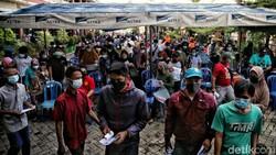 Pemerintah Indonesia gencarkan program vaksinasi massal di tengah meningkatnya kasus Corona. Hal itu dilakukan sebagai bagian dari upaya penanggulangan pandemi.
